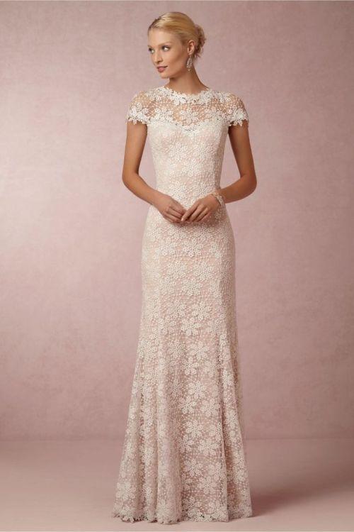Robe de mariée fluide près du corps à dentelles fleuries petites manches et col raz de cou