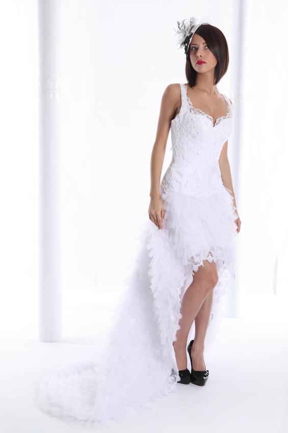 femme brune portant une robe de mariée courte
