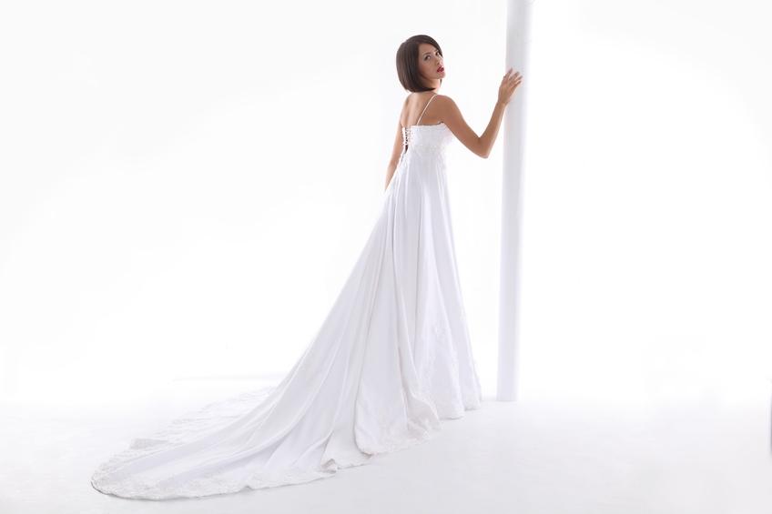 Femme portant une robe de mariée à traine