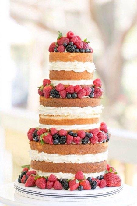 Pièce montée de gâteau nature à la crème sur 3 étages