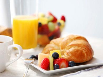 brunch avec croissant et jus d'orange
