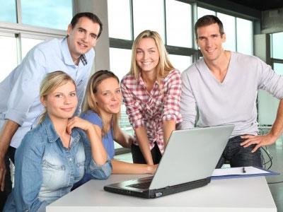 amis devant un ordinateur