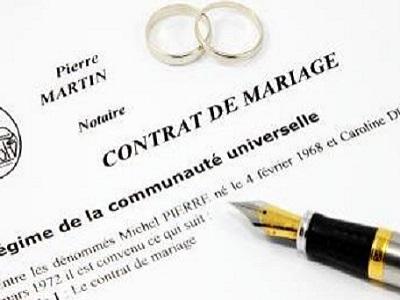 stylo plume posé sur un contrat de mariage