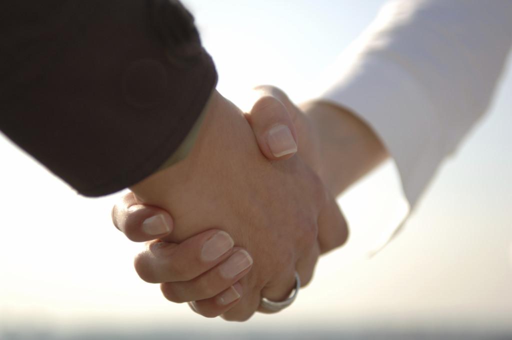 professionnels se serrant la main pour un accord commercial