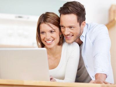 Couple rédigeant une lettre de demande de dérogation pour un baptême civil