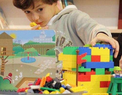 Enfant jouant au lego dans sa chambre