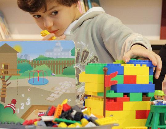 enfant jouant aux lego