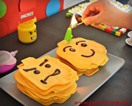 Pancakes en forme de tête de lego pour un gouter d'anniversaire lego