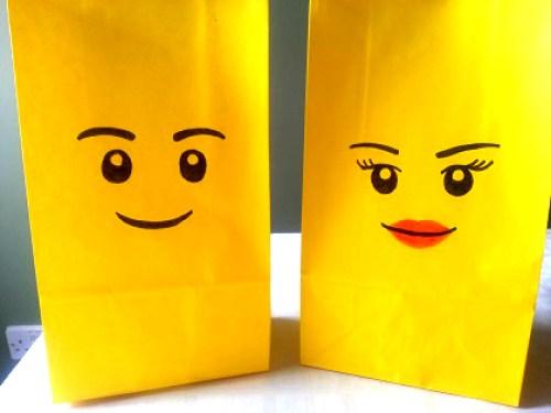 Jolis sachets surprise pour invités à un anniversaire lego représentant 2 têtes de lego: 1 personnage femme et 1 le traditionnel Hemmet