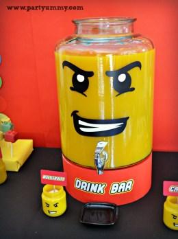 Distributeur de boisson en forme de tête de lego pour un gouter d'anniversaire lego