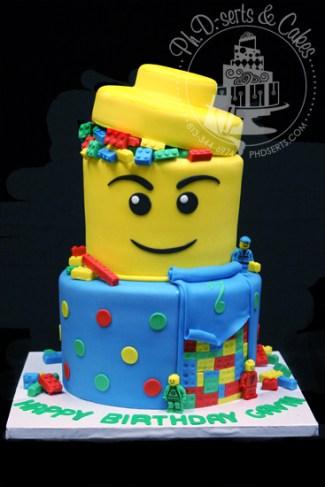 Gateau d'anniversaire Lego en forme de tête de lego