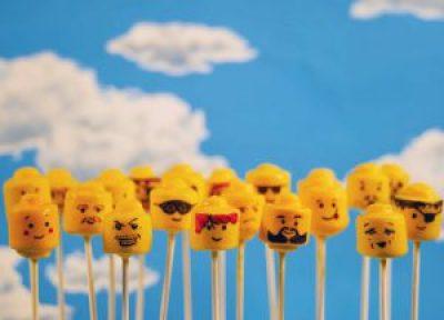 Mini gâteaux têtes de lego jaunes sur un pic: popcakes pour un anniversaire lego