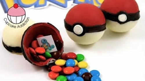 Pokeballs surprise remplies de bonbons multicolores à offrir pour un anniversaire pokemon