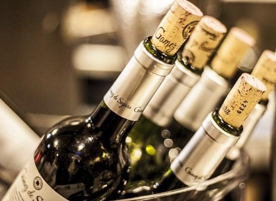 Bouteilles de vin en gros plan avec bouchon en liège dans un seau à glace