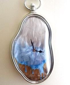 Pendule à plumes créée par Sophie Chavigneau