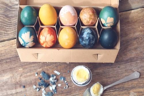 Ostereier mit Pflanzen färben und verzieren