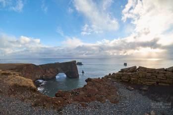 L'arche face au phare de Dyrhólaey