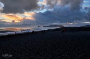 Dyrhólaey vue depuis Reynisfjara au coucher du soleil
