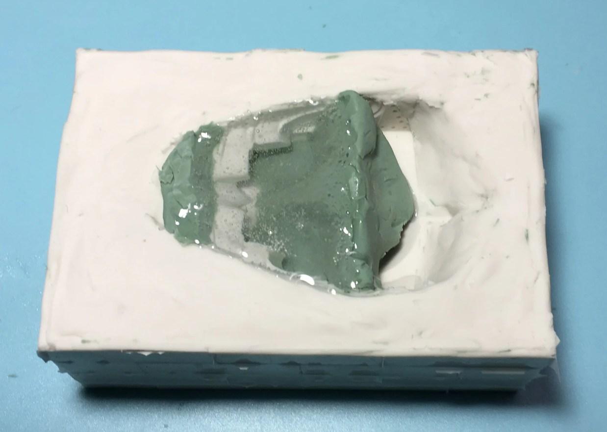 透明エポキシ樹脂を流し込む