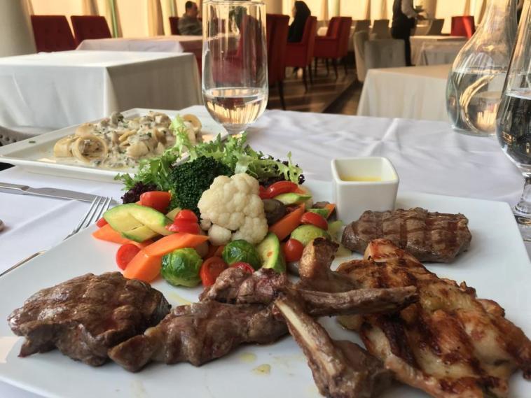 رستوران بیچه هتل آزادی- رستوران های معروف تهران