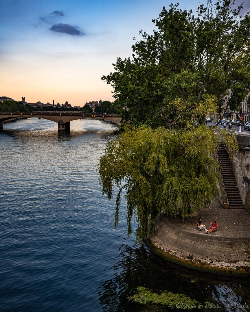 Pic-nique en bord de Seine - Un peu de chaleur, du calme même dans Paris, et tout simplement s'assoir au bord de l'eau pour passer un bon moment. Les soirées d'été à Paris sont comme une évidence.----------A bit of warmth, calm even in Paris, and simply sit by the water's edge to have a good time. Summer evenings in Paris are a given..With lens: NIKKOR Z 35mm f/1.8 S at 35 mmExposure: ¹⁄₅₀₀ s à ƒ / 2,2Camera: 35 mm - NIKON Z 7.... #4twitter #france_regards #France4Dreams #francephotogroup #nikkorz85mmf18 #Paris #paris_focus_on #pariscartepostale #pariscityvision #parisgreat #parismaville #quaisdeseine #Street #streetphoto #nikon #nikonfr #nikonz7 #z7 - from Instagram