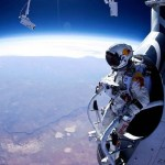 felix-baumgartner-standing-in-his-capsule-about-to-dive-640x480