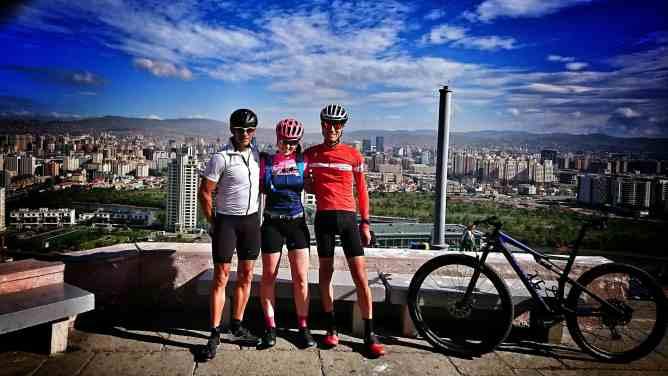 John, Kia et moi depuis Zaisan Memorial