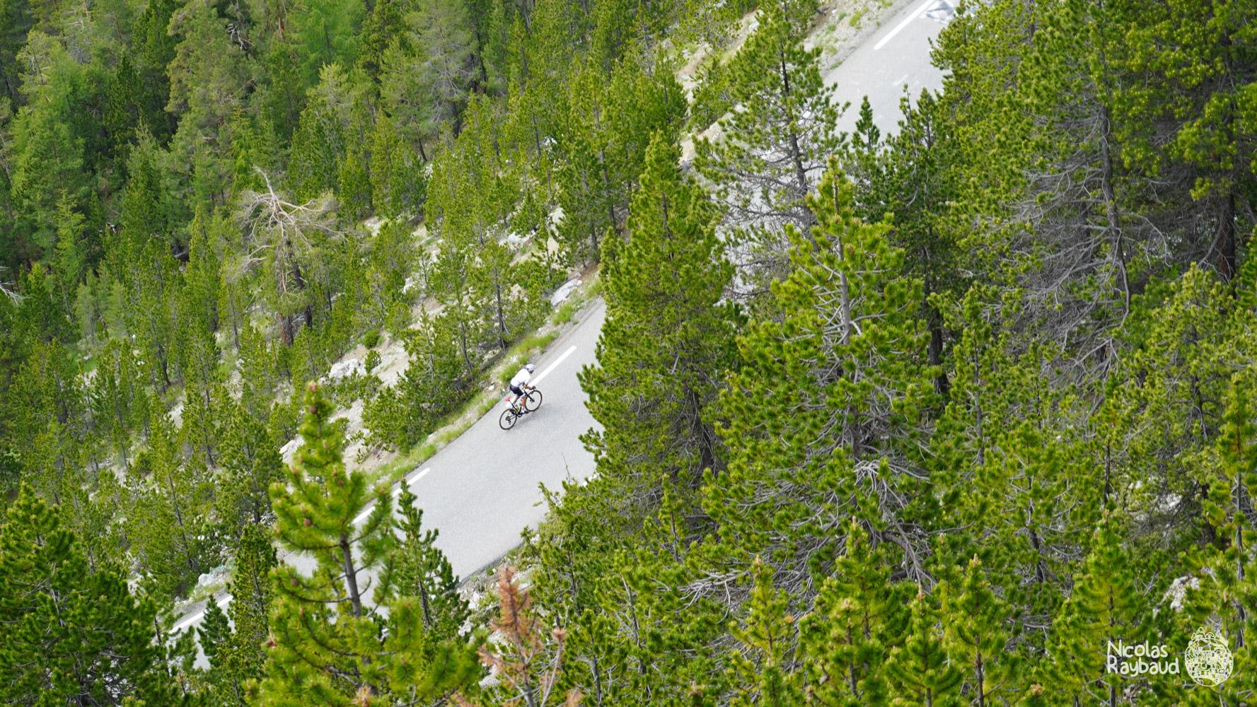 cycliste nicolas raybaud qui grimpe le col de l'izoard