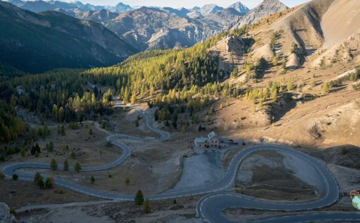 Les lacets de la route du Col d'Izoard depuis Briançon