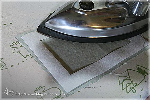 把單膠硬襯與布料背面燙在一起。