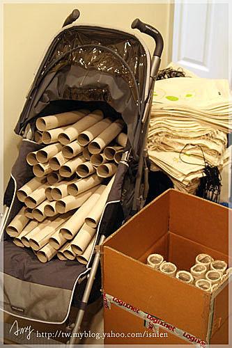 東西多到連虎妹的手推車也淪陷了,因為要捲成圓桶狀,zou請印刷廠的朋友幫忙裁切硬紙板,然後我們得自己一張張捲成圓桶狀,光這個動作就得花上10幾小時。