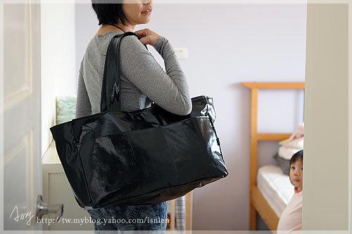 這媽媽包真的很大,可是不夠大又不夠裝兩個小孩的東西。表布是用防水布,隨手丟在地方也不會心疼,缺點就是比較重一點,內裡也是用防潑水的尼龍布來作,一方便比較輕,一方面也夠挺。 外袋是兩個開放的袋子,可以隨手把小孩的手帕或剛脫下來的帽子塞進去,要拿也很方便。