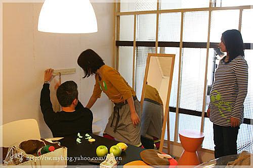 攝影師跟奶油編輯在討論擦手巾的拍攝。