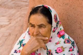 Iran, Frau in der für Abyaneh typischen bunten Tracht