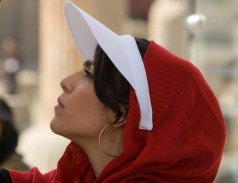 Iran, modisch gekleidete Iranerin beim Besuch in Persepolis