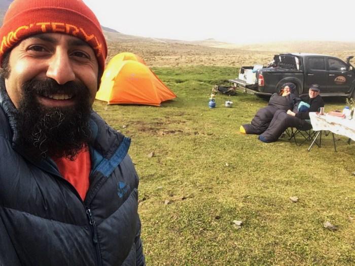 Iran: Driver-Guide Mohammad mit den warm eingepackten Reisenden im Zeltlager