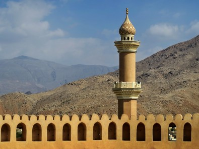 Fort in Nizwa vor Bergkulisse