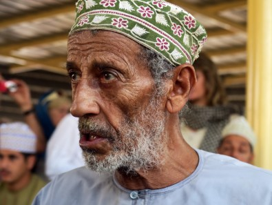 Omani mit kunstvoll verzierter Kappe, der omanischen Kumma