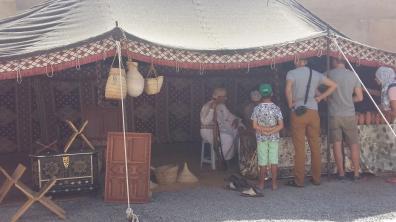 Einheimische zeigen traditionelle Handwerkskunst in der Festung von Nizwa