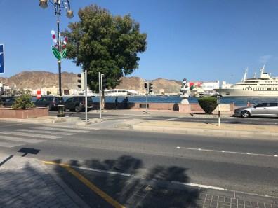 Die Corniche von Muscat mit den Privatjachten von Sultan Qaboos