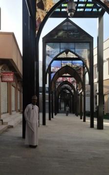 Der leere Suq von Sur wartet nur auf Reisende, die unter dem neuen Dach durch die Geschäfte stöbern.