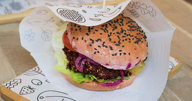 Un burger vegan, original avec son steak de betterave