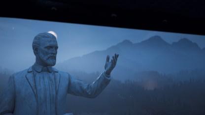 Der Vater hat eine bescheidene Statue von sich errichten lassen