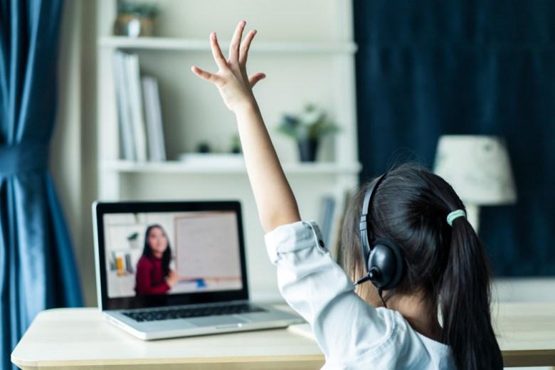 dziewczynka ucząca się online angielskiego
