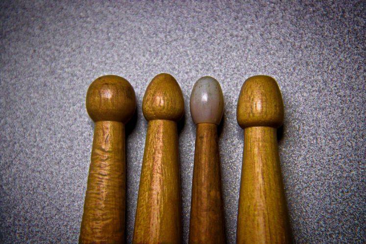 """Przykładowe końcówki pałek. Główki od lewej: okrągła, łezkowata, nylonowa, łezkowata z """"tępym"""" końcem"""