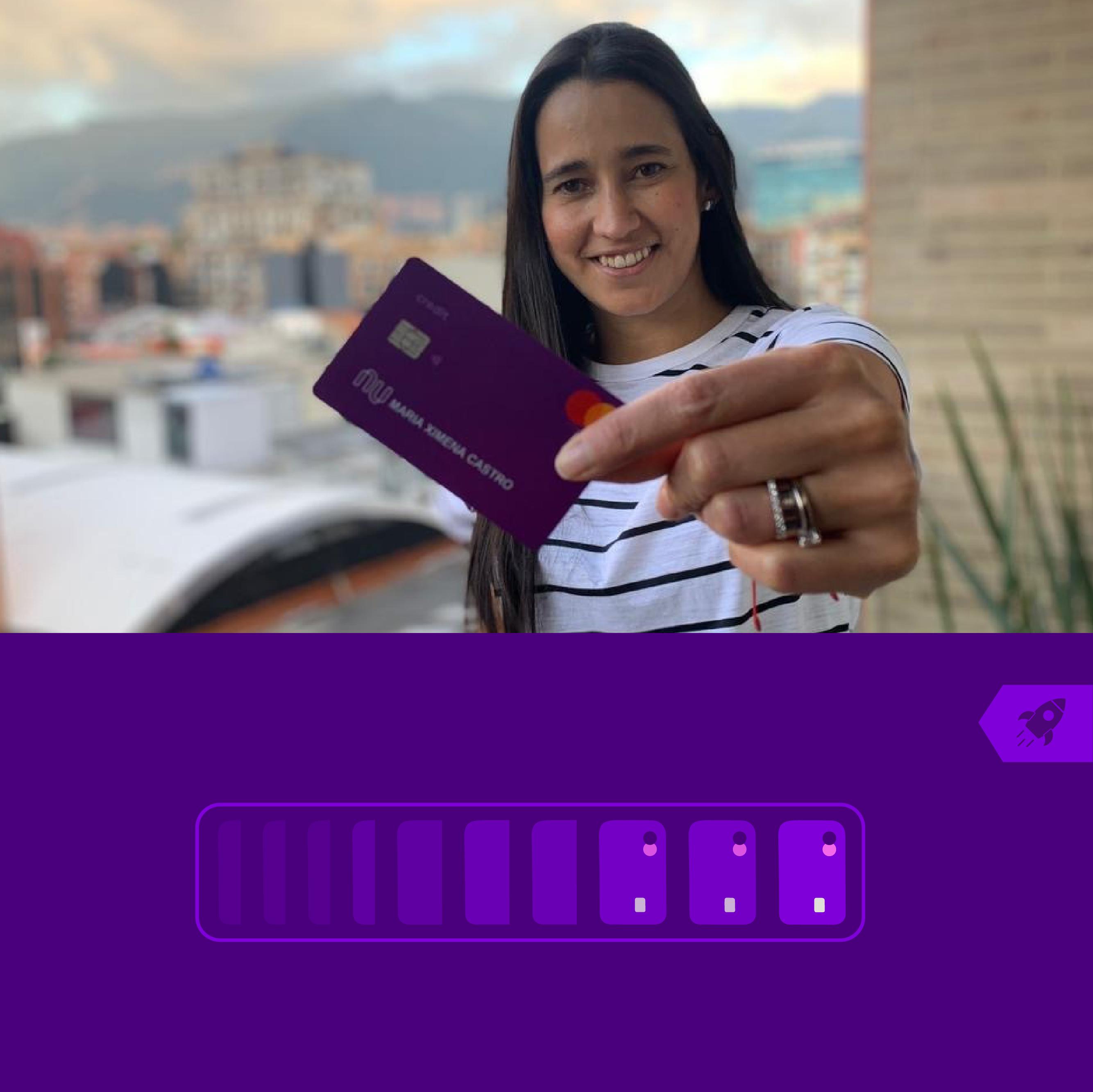 Ximena Castro, Gerente de Marketing de Nu, sostiene la moradita mientras se toma una selfie con el sol escabulléndose de las nubes detrás de ella.