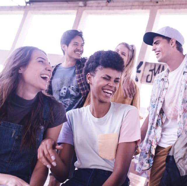 grupo de jovenes sonriendo