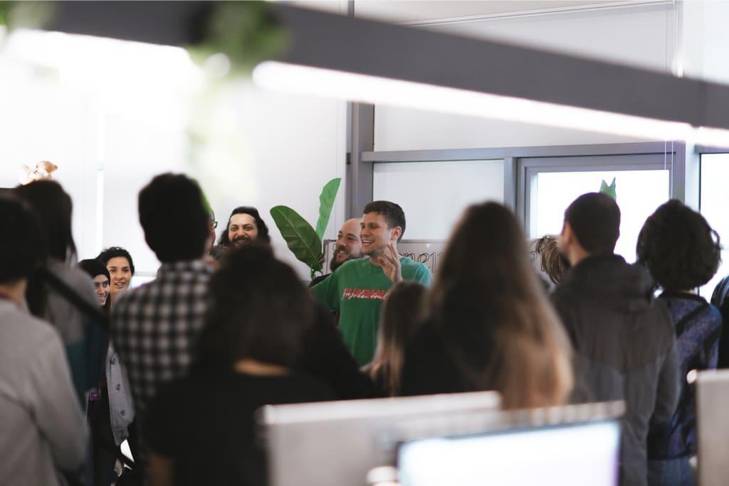 Grupo de trabajo en Nubank discutiendo estrategias de atención a clientes