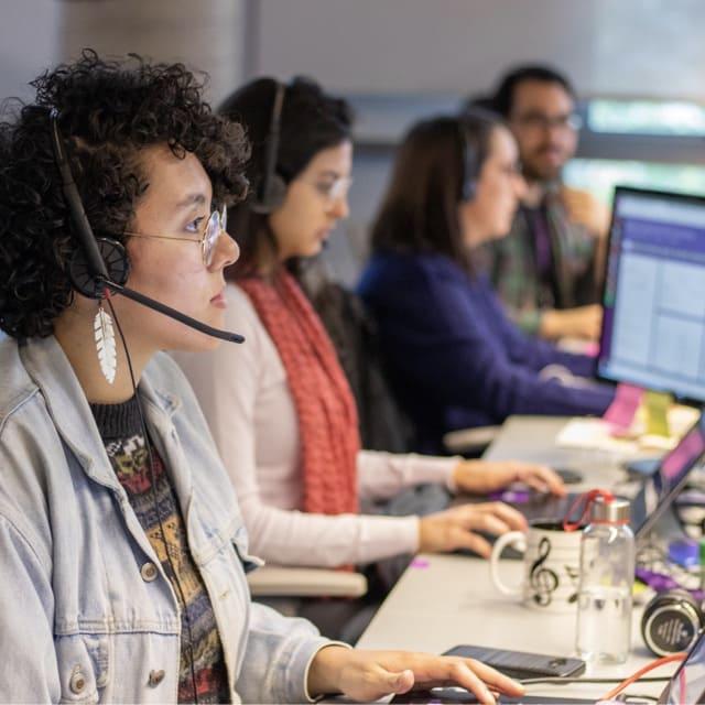 Metodología ágil: Chicas de la equipo de atención Nu en la computadora con audífonos