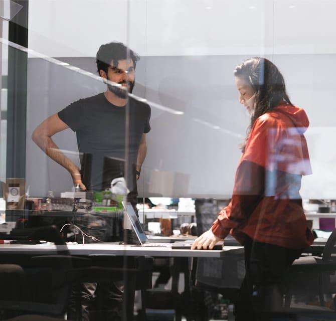 Compañeros de trabajo platican sobre el gran servicio que ofrece Nubank
